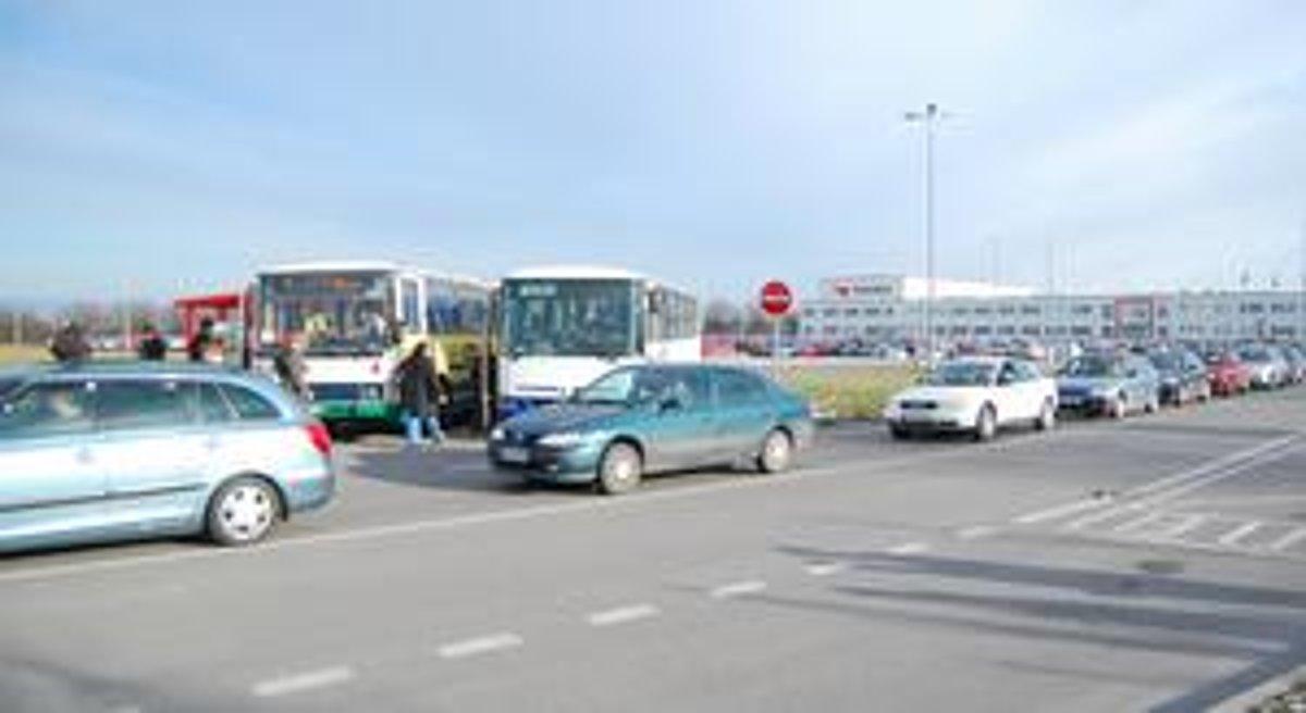 Autá pri Yazaki viaznu v kolónach - dolnyzemplin.korzar.sme.sk