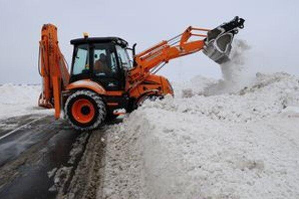 Po pondelkovom boji so snehom a vetrom sa dnes situácia na zemplínskych cestách upokojila.