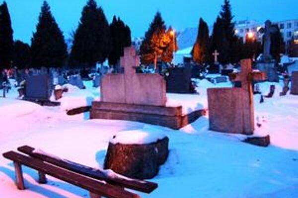 Smrť na cintoríne. Pilčík spadol pri orezávaní stromov.
