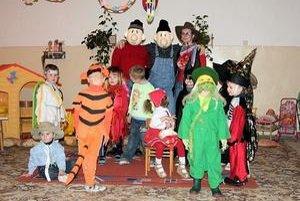 Karneval. Deti sa predviedli v nádherných kostýmoch a maskách.