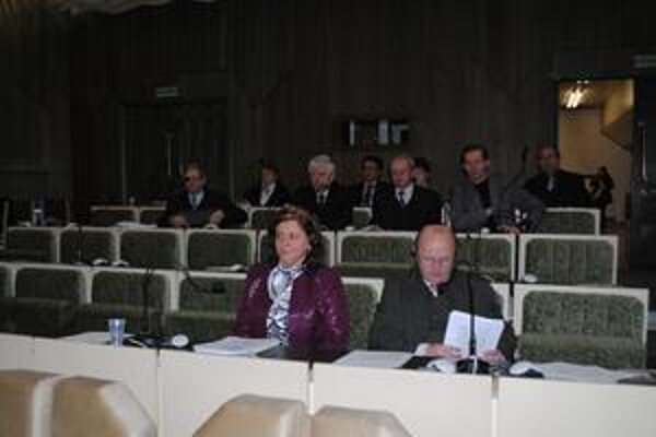 Poslancov bolo málo, preto primátor rokovanie prerušil.