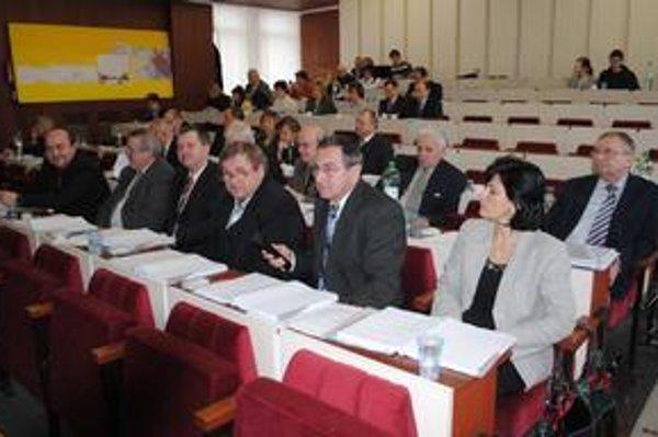 Michalovskí poslanci. Kritizujú, že mesto obišlo komisie.