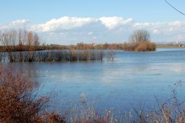 """Kúpalisko alebo lúka? Takto to vyzerá v celom regióne Zemplína. Toto """"jazero"""" vzniklo pri Laborci, v pozadí je obec Drahňov."""