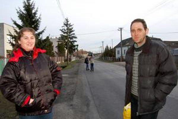 Manželia Kozákovci. Odkazujú poslancom, aby si to do Veškoviec na jeden deň prišli vyskúšať. Pešo popri kamiónoch a nákladných autách.