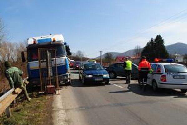 Vodič Iveca schádzal do Humenného od Hažína nad Cirochou, keď autám pred ním naskočila červená. Šofér sanitky sa mu stihol uhnúť.
