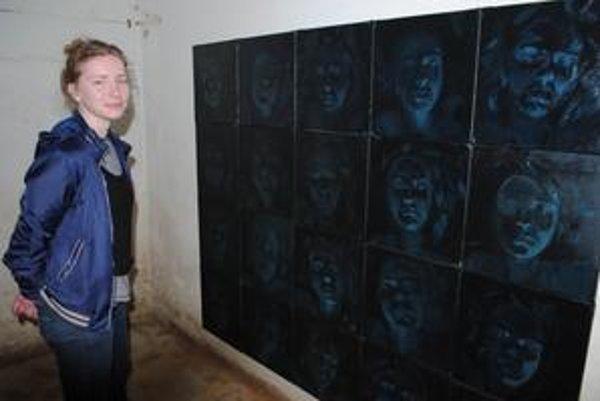 Jana Zatvarnická. Mozaika dvadsiatich tmavých obrazov ju zachytáva počas spánku.