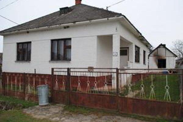 Požiar. V piatok až po desiatej v noci zbadali susedia, že v prístavbe tohto domu horí. Hasiči tu našli majiteľa domu. Pomôcť mu už nemohli.