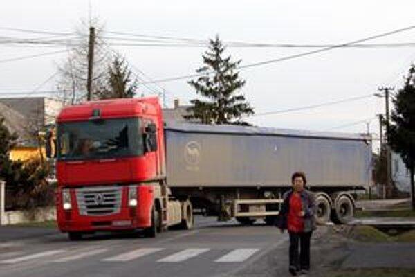 Každodenný adrenalín. Keďže vo Veškovciach nie je chodník, chodci chodia popri autách a kamiónoch. Tých stále pribúda, lebo sa chcú vyhnúť plateniu mýta.