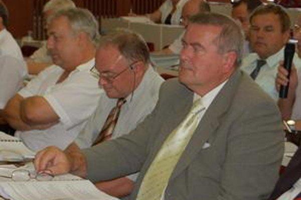 Opozícia: Poslanec Jozef Bobík (v strede) kritizuje mesto, že sa príliš zadlžuje. Primátor to odmieta.