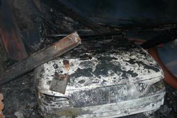 Zničené autá. Dva kabriolety zhoreli do tla. Zostali zavalené pod prehorenou strechou.
