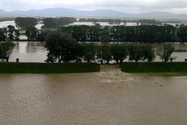 Mimoriadny stav trvá. V Michalovskom okrese čakajú na pokles spodnej vody aj na to, kým vodohospodári neopravia umelú dieru v Ondave.