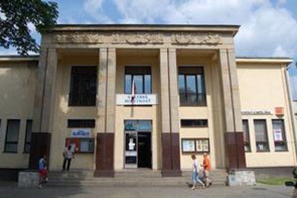 Kultúrne stredisko. Stávková kancelária sídli vpravo na prízemí. Páchatelia z nej ukradli televízory a vyše 2 400 eur.