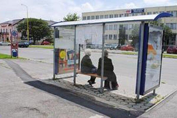 Autobusové zastávky. Mesto musí často meniť rozbité sklenené výplne.