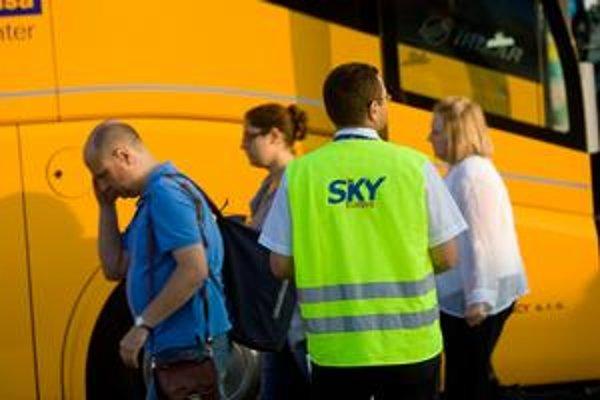 Letisko v Bratislave vybavuje aj lietadlá, ktoré mali vzlietnuť z Viedne. Z rakúskeho letiska cestujúcich privezie autobus. Niektoré lety mali mierne meškanie. Slováci sa tešia, že nemusia cestovať až do Viedne, odkiaľ mali pôvodne odletieť.