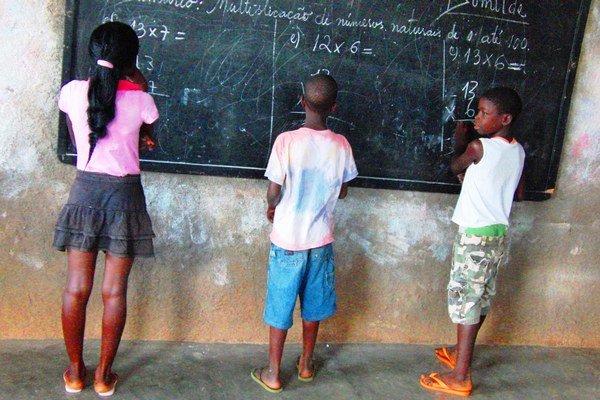Počas vyučovania. Diana deti učila matematiku a portugalský jazyk.