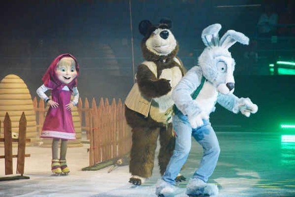 Máša, medveď a zajac. Zabávali malých i veľkých divákov.