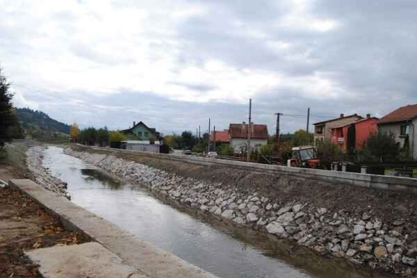 Vyregulovaný potok. Odstráni problémy s neustálymi záplavami.