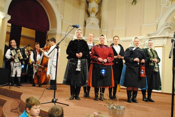 FS KLuknavčanka pri predstavovaní vianočných zvykov.