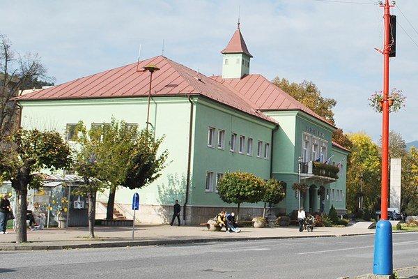 Mestský úrad v Krompachoch. Radní plánujú ďalšie investície.