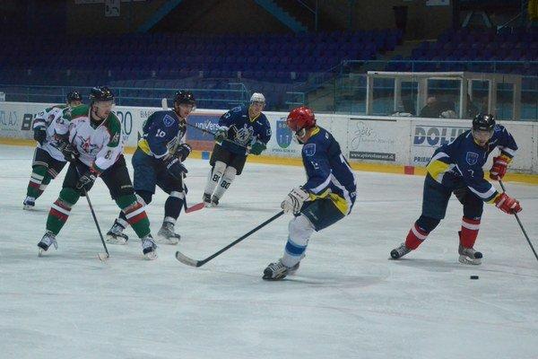 Dávali góly apeniaze. Veteráni hokejisti aamatéri podporili tých najmenších.