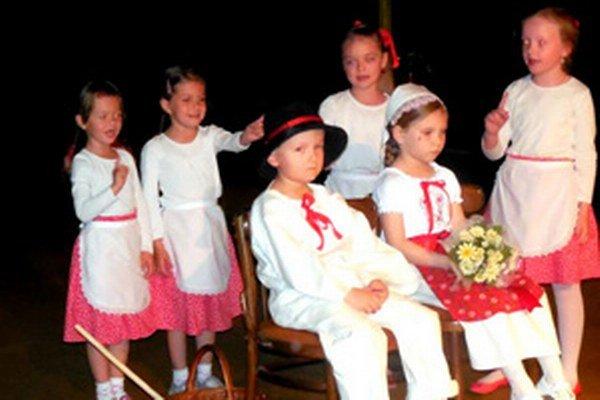 Deti predviedli rôzne ľudové zvyky a tradície.