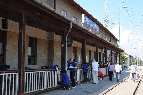Dobrovoľníci skrášlili aj stanicu v Spišskej Novej Vsi.