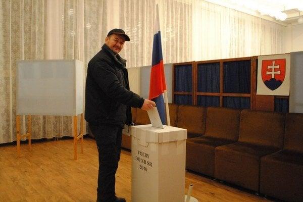 Róbert Turčan volil v Prakovciach.