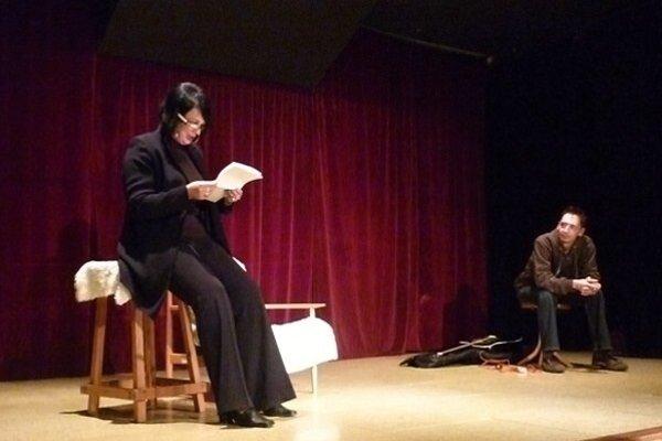 Poetka pri čítaní svojich básní vSpišskom literárnom klube.