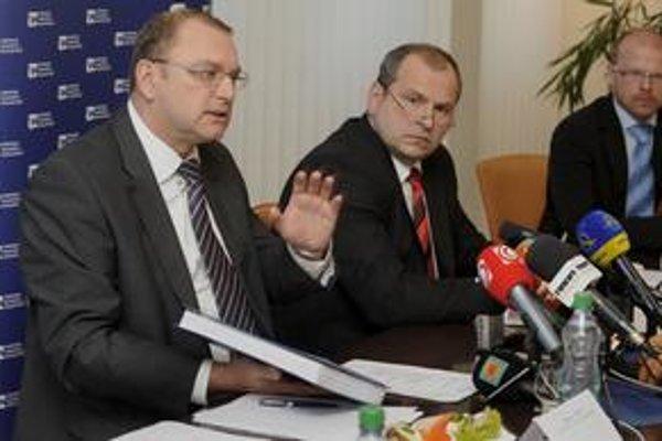 Minister dopravy Ľubomír Vážny a šéf Národnej diaľničnej spoločnosti Igor Choma sú zodpovední za mýtny tender.