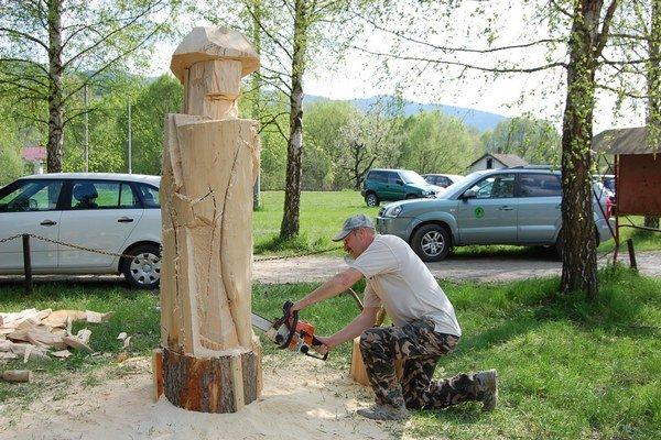 Na súťaži v Gelnici vznikali v minulosti aj drevené sochy.