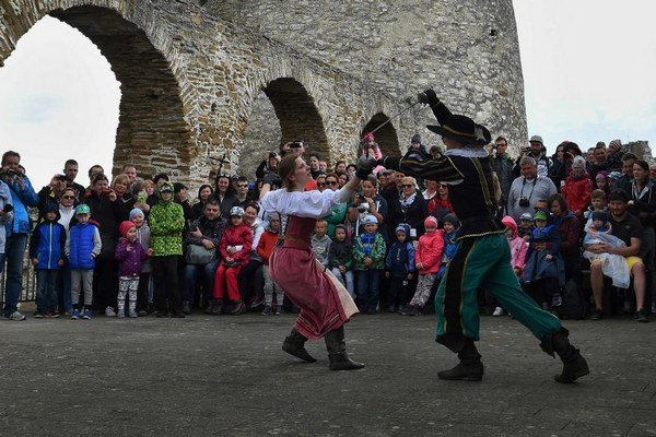 Na snímke šermiari zo šermiarskej skupiny Páni Spiša šermujú mečmi počas otvorenia letnej turistickej sezóny na Spišskom hrade v Spišskom Podhradí.