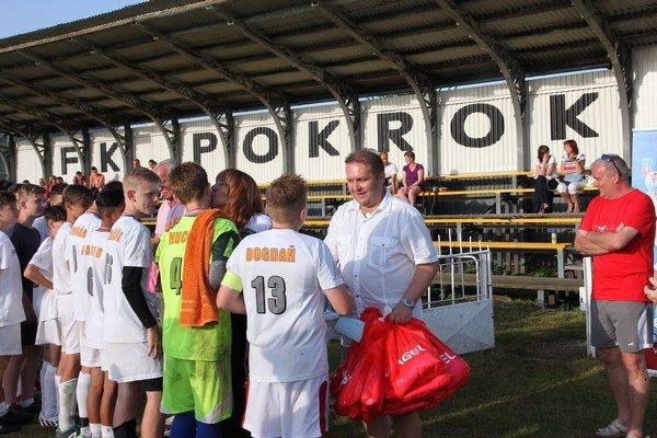 Lekár Marián Hojstrič dekoruje futbalistov.
