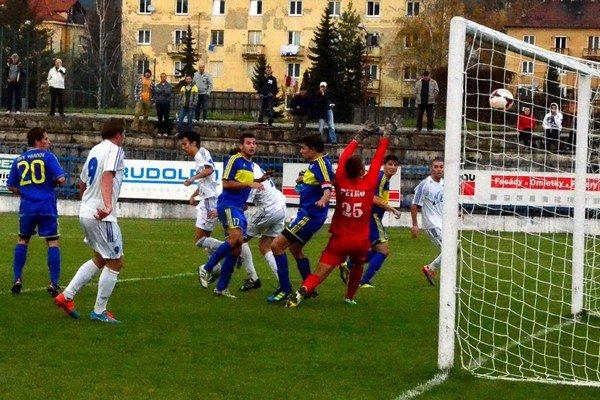 Rozhodujúci moment stretnutia. Vranovský brankár Petro a jeho spoluhráči už len sledujú cestu lopty do siete a týmto gólom prehrali na Spiši 0:1.