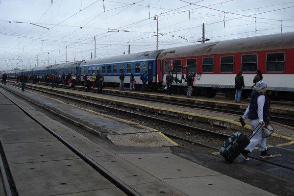 Cestovanie vlakom. Vybrané skupiny môžu cestovať zadarmo.