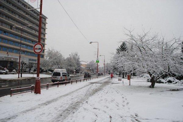 Snehová nádielka. Cestárov v meste neprekvapila.