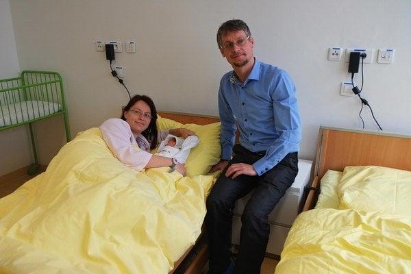 Na snímke čerstvá mamička Zuzana Spišiaková s dcérou Teréziou a partnerom Jurajom Rerkom.