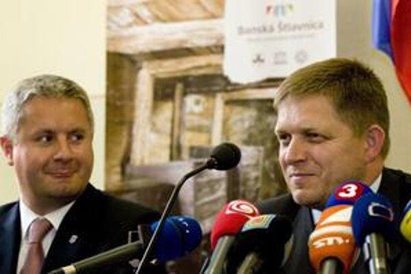 Počas rokovania vlády v Banskej Štiavnici Robert Fico (na snímke s primátorom Pavlom Balžankom) hovoril o úľavách pre mesto. Dodnes sa nedočkali reálnej podoby.