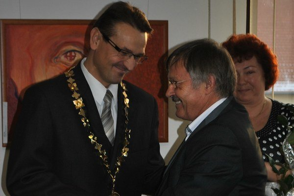 Súčasný primátor M. Kapusta preberá insígnie od svojho predchodcu J. Baču. Ten sa stal jeho viceprimátorom.