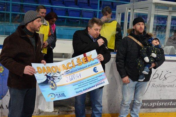 Hokejisti pre Alexa. Riaditeľ SAHL Maroš Buchla (vľavo), riaditeľ HK Sp. Nová Ves Miroslav Gavalier (uprostred) odovzdali otcovi Alexa Hrušovského šek na sumu 3 600 eur.
