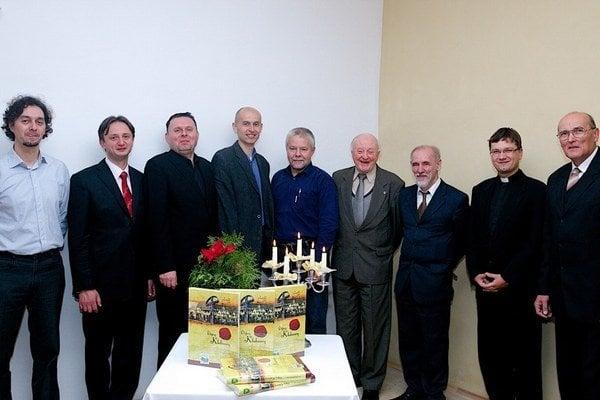 Kolektív autorov. Monografia Dejiny Kluknavy bola ich spoločným dielom.