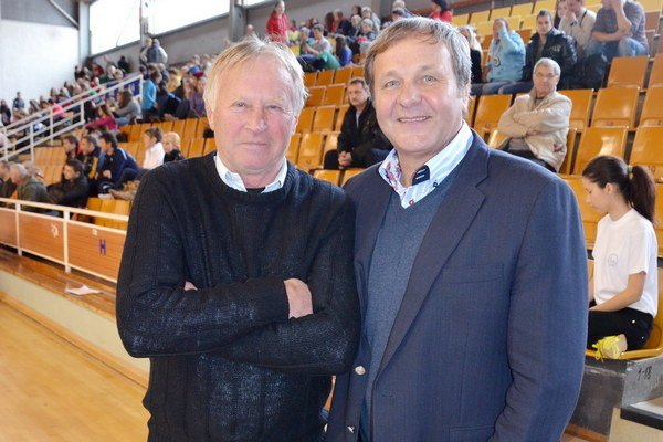 Ján Urban slávi životné jubileum. Sedemdesiatnik Ján Urban (vľavo) na snímke so svojím veľkým futbalovým priateľom Jánom Kozákom.
