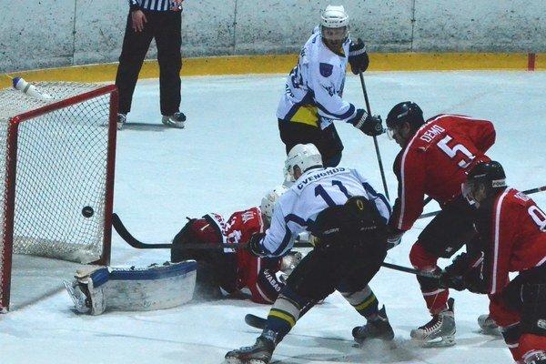 Na snímke obranca Spišskej Novej Vsi Branislav Cvengroš dáva jeden z ôsmich domácich gólov.