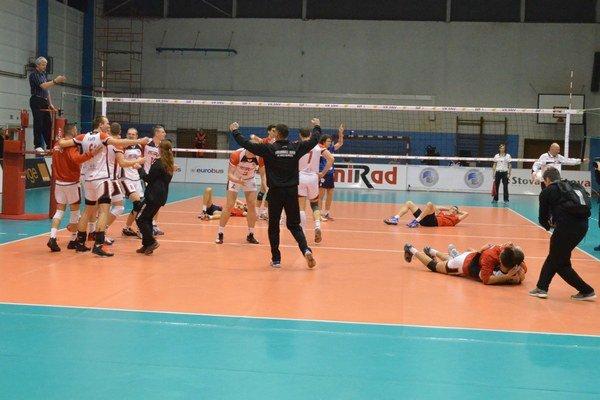 Predčasná oslava. Vo veľkom finále za stavu 24:23 Prešovčania už oslavovali, ale rozhodca ich vrátil do zápasu.