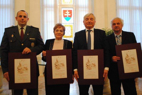 Ocenení laureáti. Zľava M. Leško, J. Prochotská, V. Čech a v zastúpení otca M. Dibák.