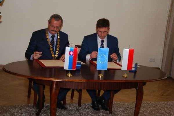 Podpis zmluvy. Spišská Nová Ves má nové partnerské mesto.