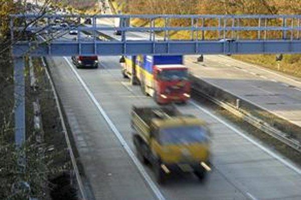 Keďže minister dopravy ani šéf Národnej diaľničnej spoločnosti nechceli dlhšie čakať a prichádzať o príjmy z mýta, zmluva s víťazom mýtneho tendra sa uzatvorila aj bez súhlasu Európskej komisie.