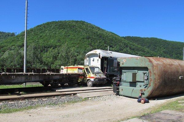 Scéna je pripravená. Vagóny a sanitka určené na zošrotovanie dobre poslúžili na nácvik.