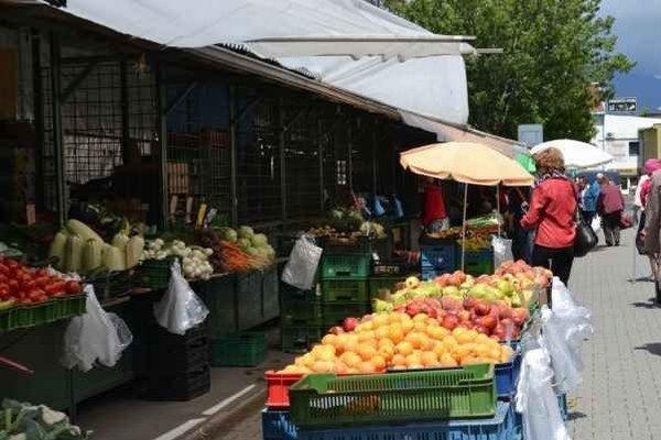 Trh v Poprade. Veľa ľudí tu ovocie nenakupuje.
