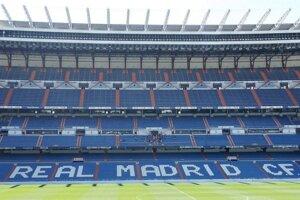 Futbalový svätostánok. Santiago Bernabéu z trávnika.
