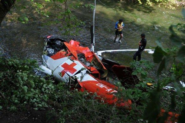 Na snímke spadnutý vrak vrtuľníka Leteckej záchrannej služby Air Transport Europe v rokline Prielomu Hornádu v Slovenskom raji.